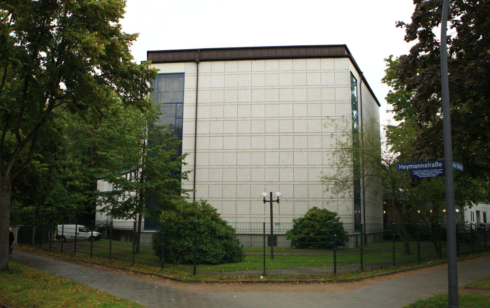 Die Synagoge Hohe Weide in Hamburg. Am Sonntag, 4. Oktober, war vor der Synagoge in Eimsbüttel ein jüdischer Student vo
