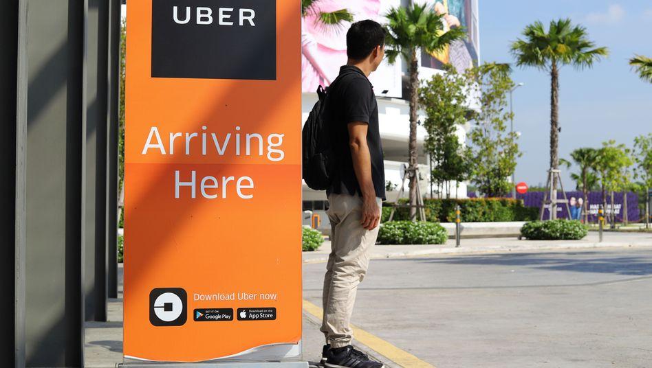 Im malayischen Penang wartet ein Mann auf ein Uber-Auto (Archivbild)