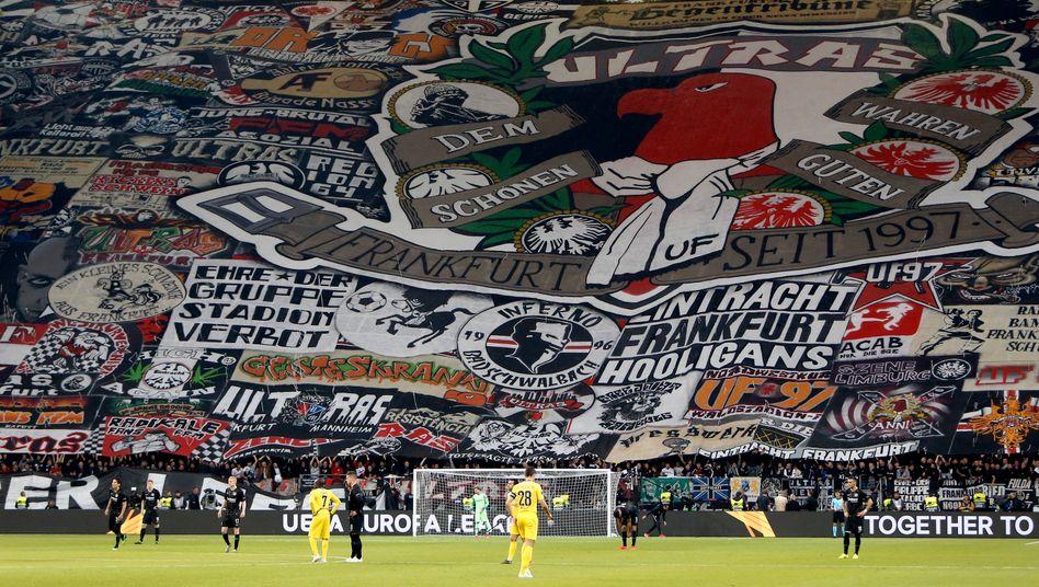 Choreografie vor einem Europapokal-Spiel von Eintracht Frankfurt an einem Ort, der für Anhänger des Klubs immer Waldstadion heißen wird - Sponsor hin, Sponsor her