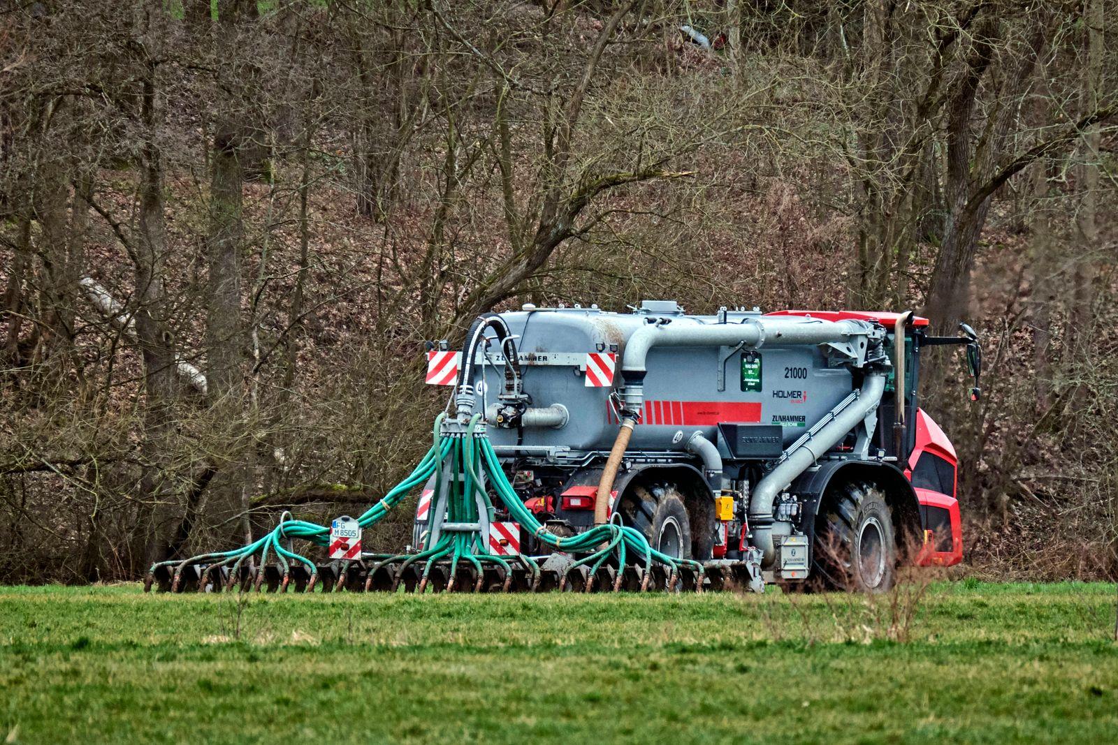 Biensdorf / Lichtenau. Ein Landwirt bringt mit seinem Tr?gerfahrzeug vom Typ Terra Variant 585 mit ZUNHAMMER Aufbau G¸ll