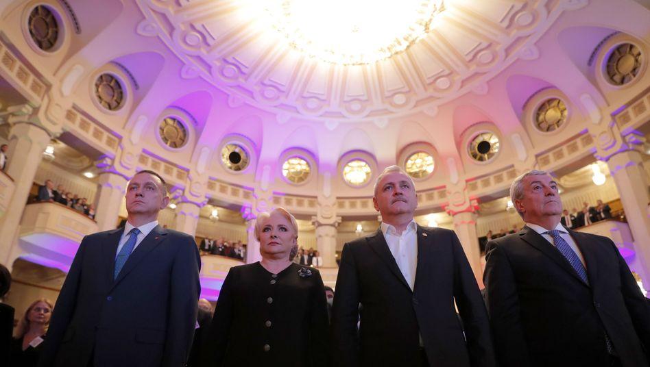 Rumäniens Premierministerin Viorica Dancila (2. v. l.) und PSD-Chef Liviu Dragnea (2. v. r.): Straffrei per Gesetz