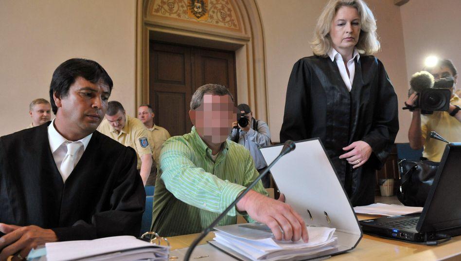 """Ex-Kika-Herstellungsleiter Marco K. (Mitte) im Erfurter Landgericht: """"Ich bedaure zutiefst."""""""