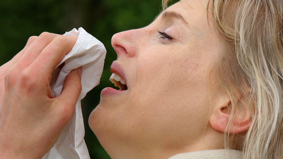 Niesende Frau (Archivbild): Abwehrmaßnahmen perfekt auf Krankheitserreger abgestimmt