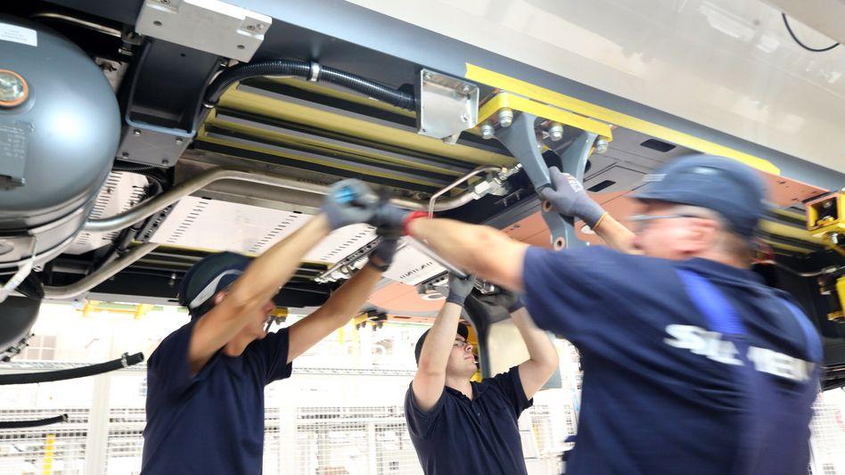 Siemens-Mitarbeiter in der Bahnsparte im Werk Krefeld