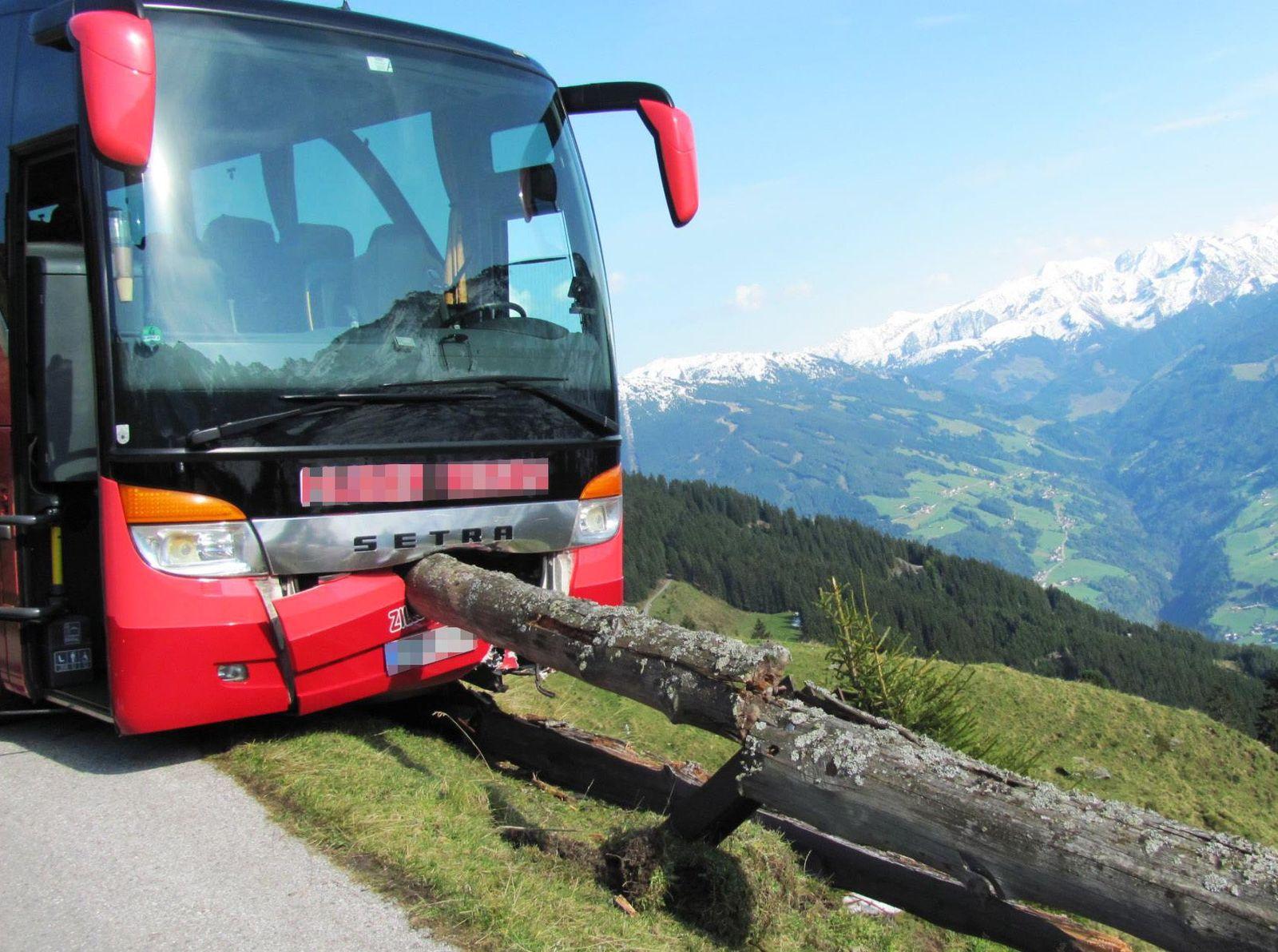 EINMALIGE VERWENDUNG Bus Absturz Tirol