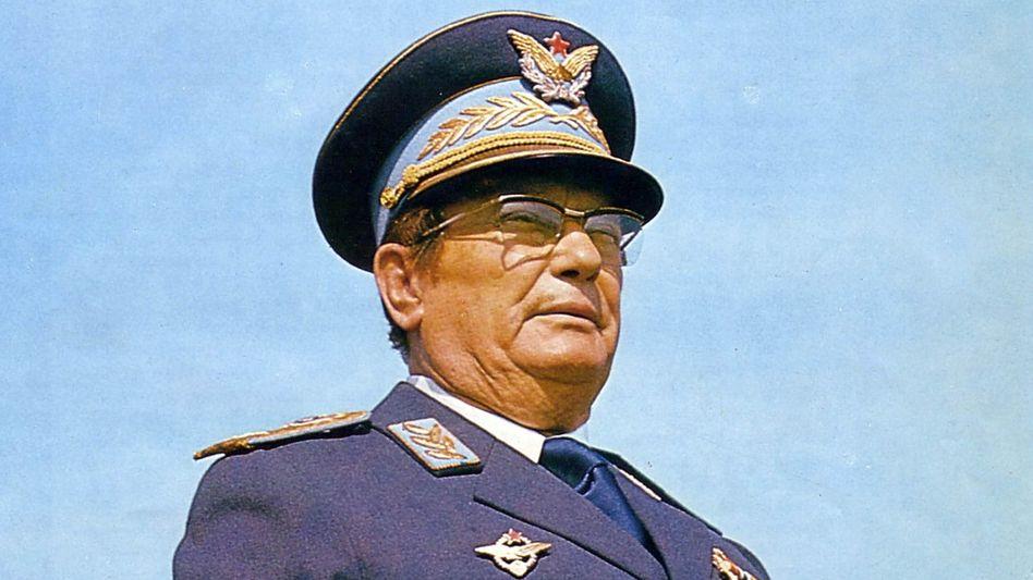 Wird von der Hauptfigur des Romans zu Hause empfangen: Marschall Tito