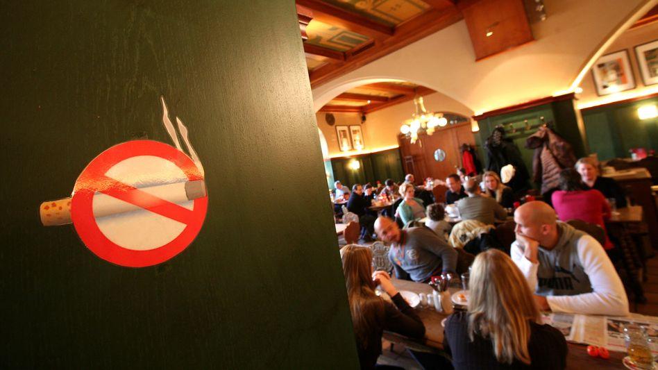 """Rauchverbotszeichen (im Hofbräuhauskeller in München, Januar 2009): """"Keine Frage, dass Rauchverbote eine positive Wirkung haben"""""""