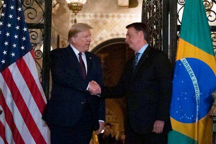 Präsidenten Trump und Bolsonaro: Umarmungen können in diesen Zeiten toxisch sein