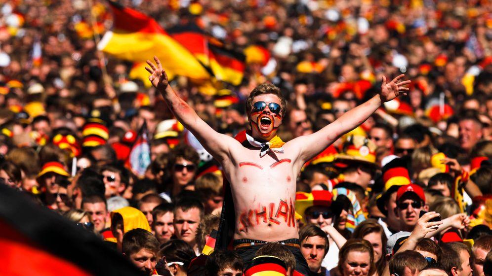Fan-Feiern: Deutsche jubeln, Engländer trauern