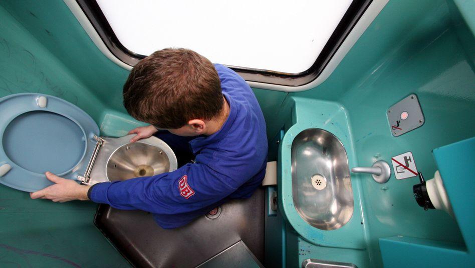 Überprüfung einer Toilette in einem Regionalzug der Deutschen Bahn