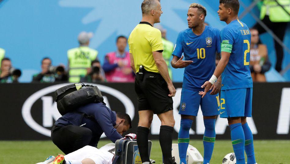 Neymar und Thiago Silva im Gespräch mit dem Schiedsrichter
