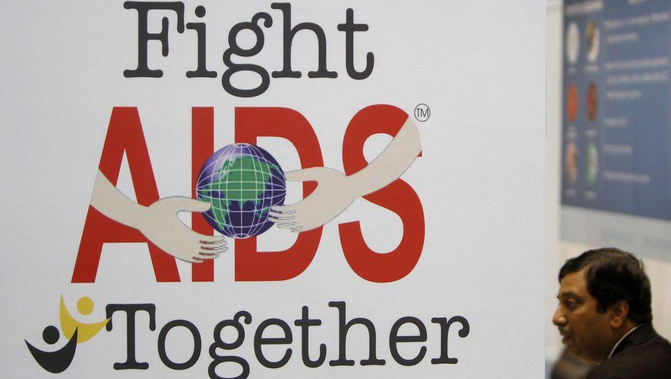 """Plakat bei Kongress: """"Lasst uns Aids zusammen bekämpfen"""""""