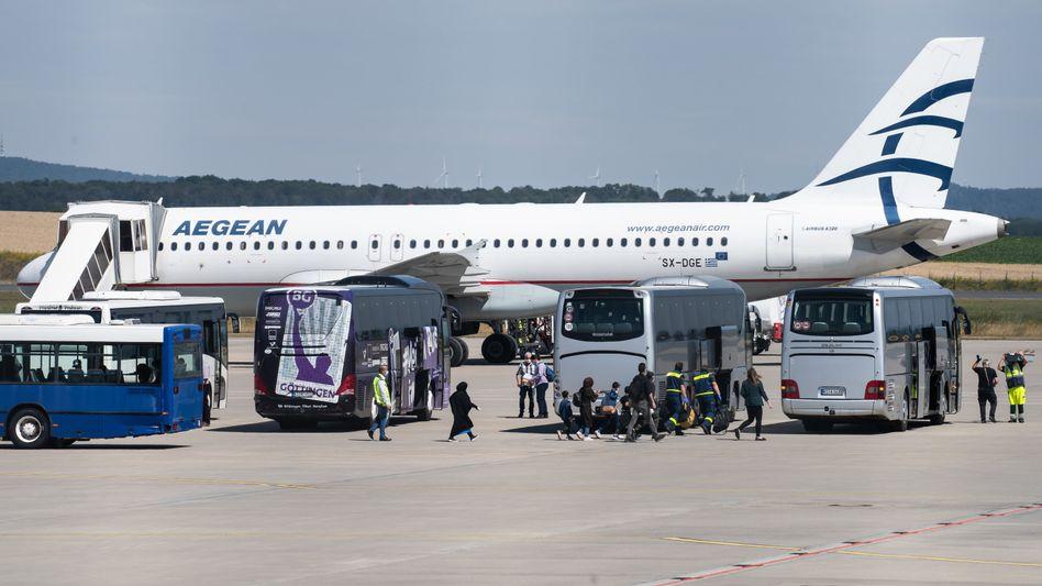 Ankunft der Flüchtlinge auf dem Flughafen Kassel-Calden