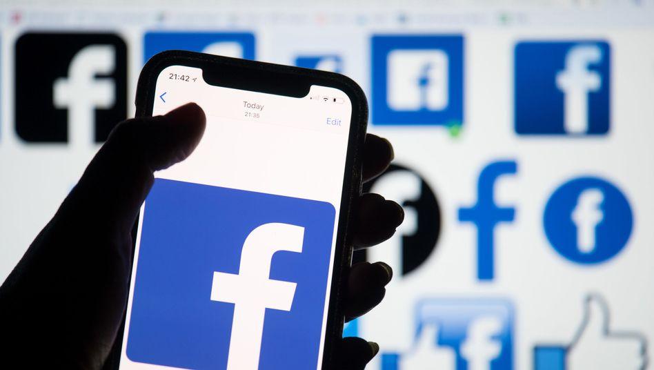 Smartphone mit Facebook-Logo