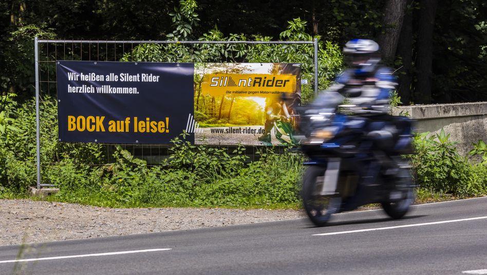 Ruhe bitte: Plakat in der Nähe von Wermelskirchen (Nordrhein-Westfalen)