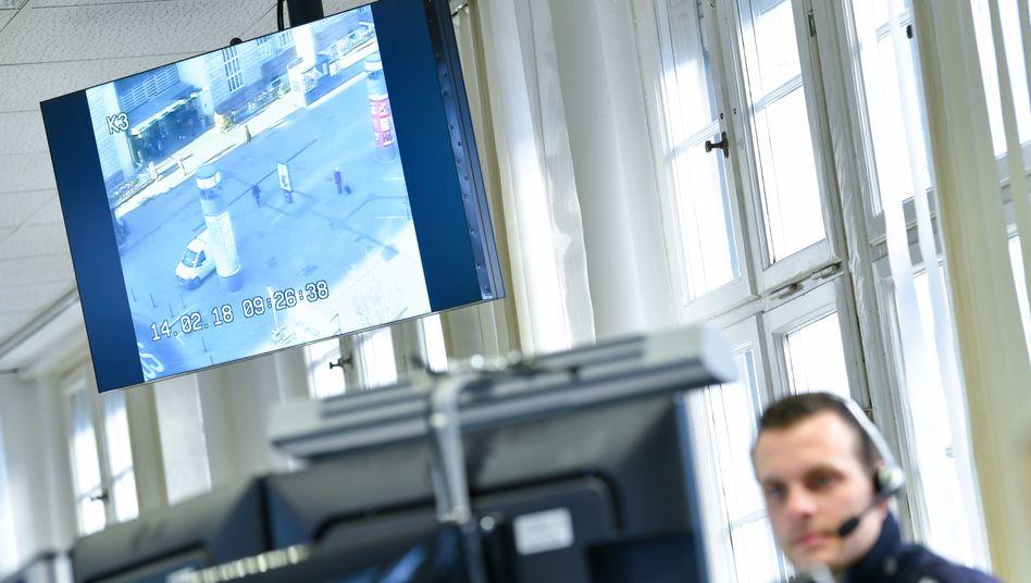 Polizei-Lagezentrum mit Überwachungsbildern des Mannheimer Hauptbahnhofs im Hintergrund