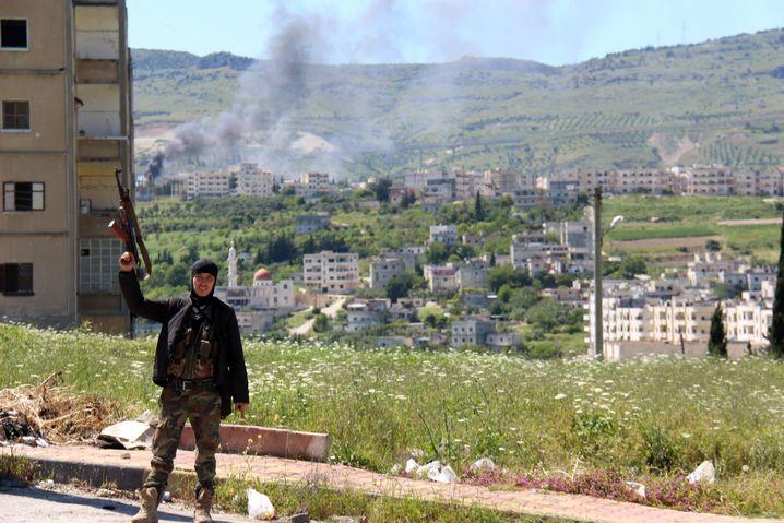 Ein Rebellenkämpfer triumphiert: Im April haben die Rebellen Dschisr al-Schughur bis auf das Krankenhaus erobert