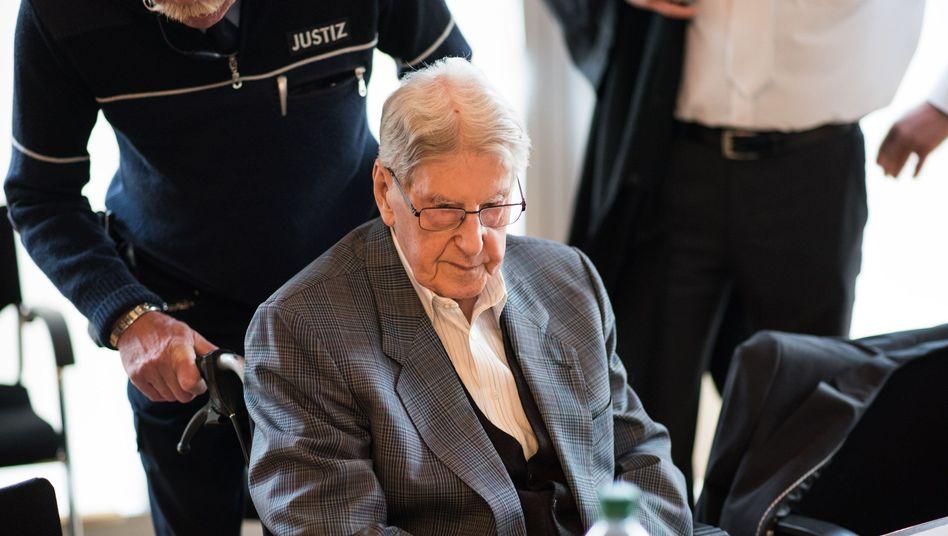 Der Angeklagte Reinhold Hanning wird in den Gerichtssaal geschoben