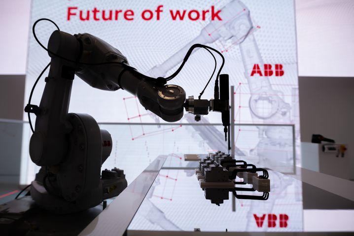 Ein Roboter auf dem Messestand von ABB