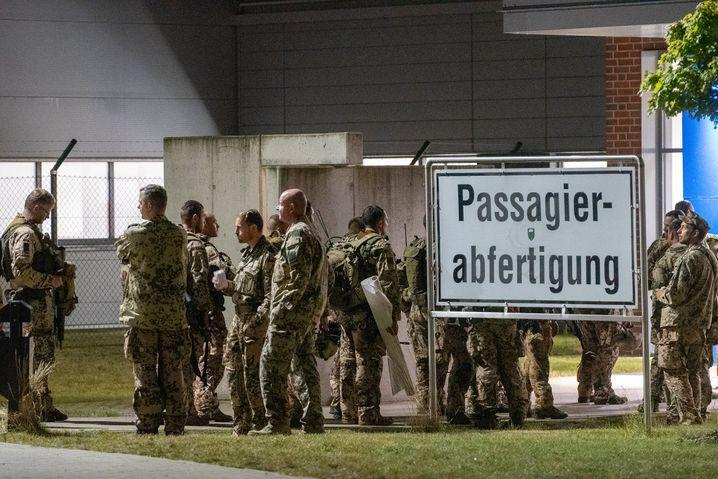 Soldaten stehen vor dem Abflug am Fliegerhorst Wunstorf in der Region Hannover. Von hier starteten Transportflugzeuge vom Typ Airbus A 400M der Luftwaffe.