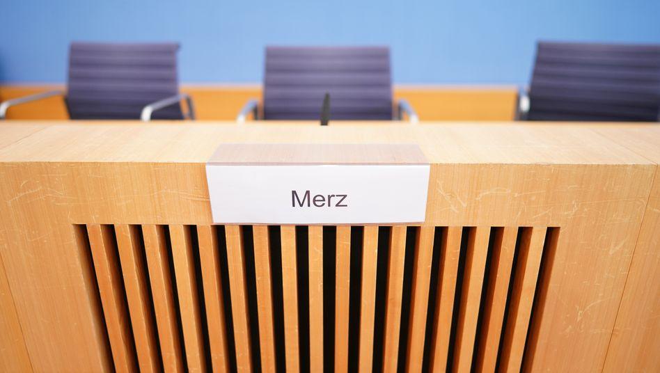 Schaulaufen in der Bundespressekonferenz in Berlin, hier der Stuhl des Kandidaten Friedrich Merz