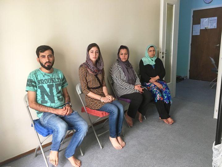 Darab, Mariam, Fahima und Zarghona in ihrer Wohnung