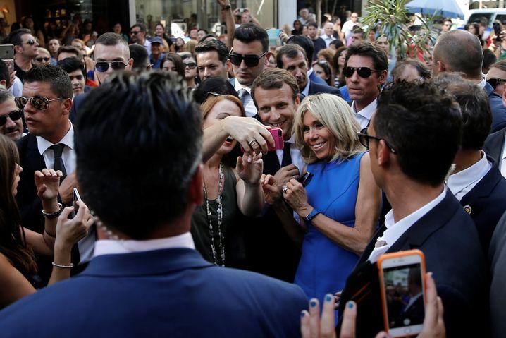 Gefeiert und verehrt: Emmanuel Macron mit seiner Frau Brigitte