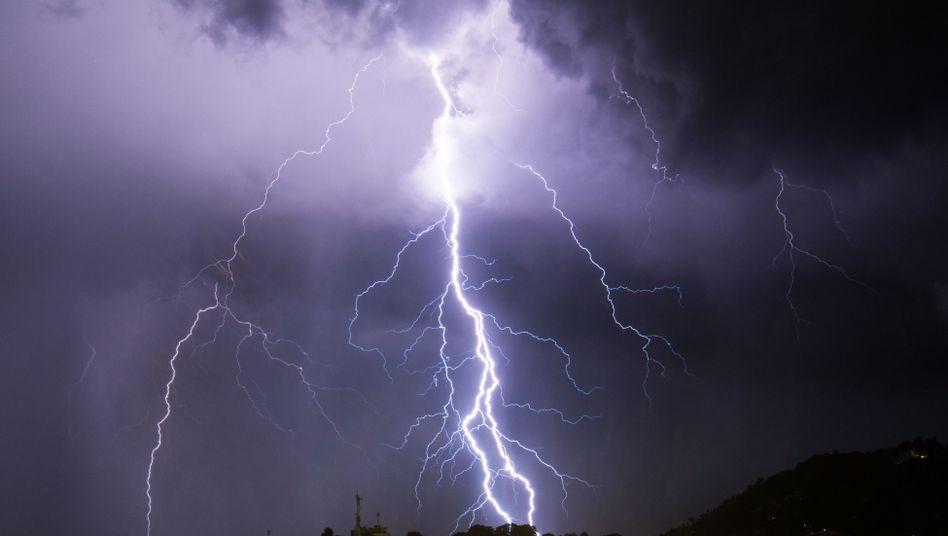 Ein kräftiger Blitz erhellt den Nachthimmel über Port-au-Prince