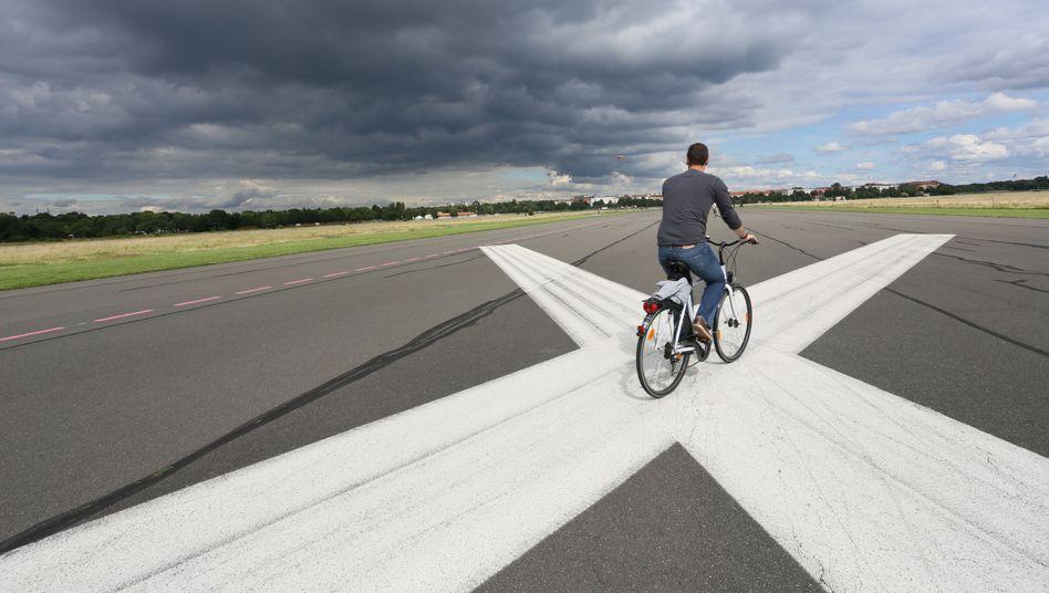 Radfahrer auf dem Tempelhofer Feld in Berlin: Volksbegehren erfolgreich