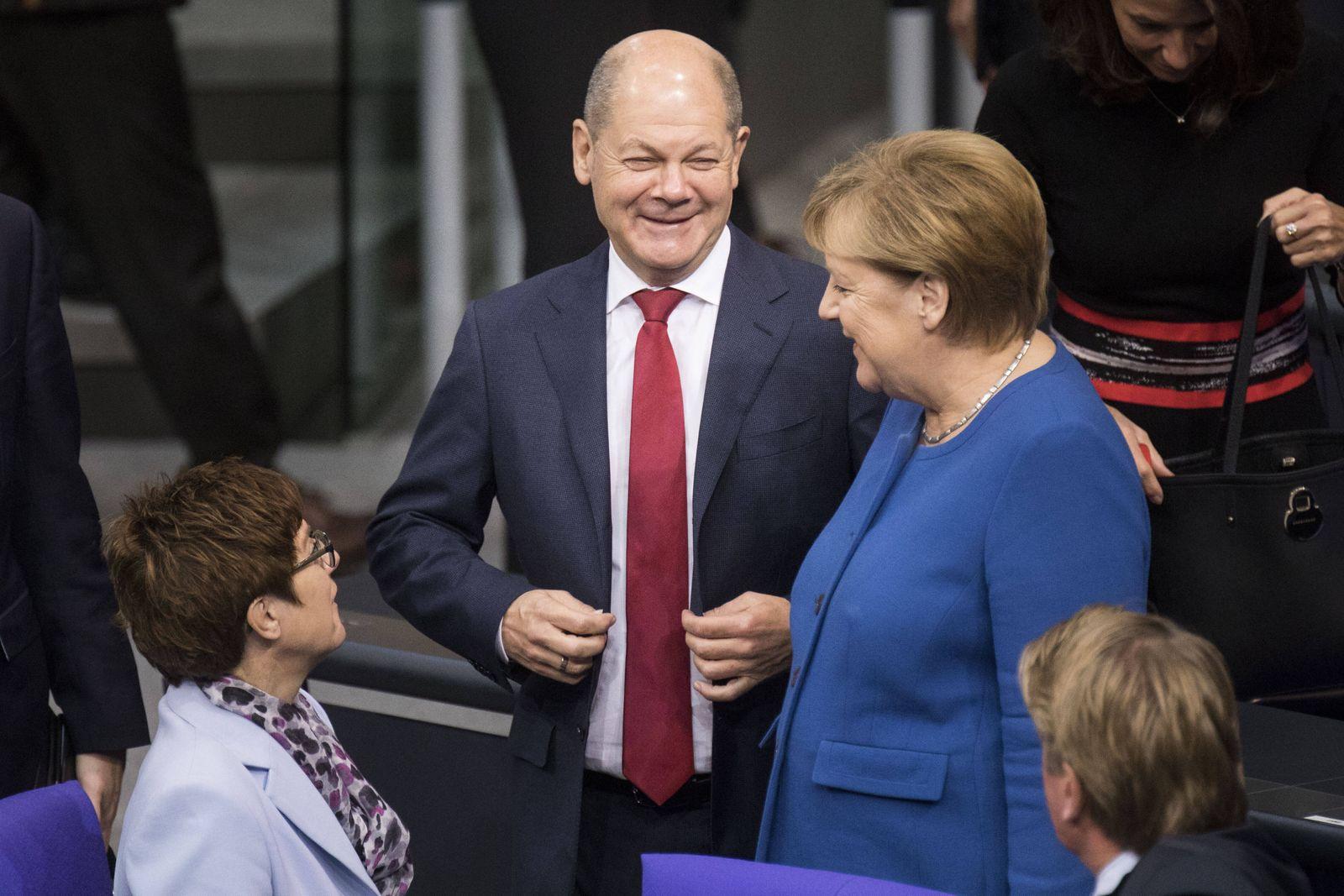 (L-R) Annegret Kramp-Karrenbauer, Bundesverteidigungsministerin und Parteivorsitzende der CDU, Bundesfinanzminister Ola