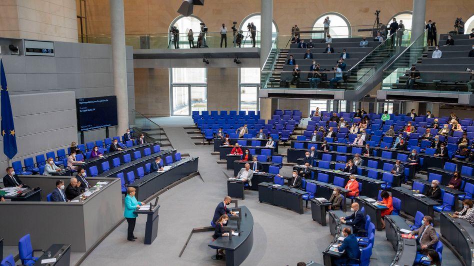 Die vorletzte Sitzung: Bundeskanzlerin Angela Merkel (CDU) hält am 24. Juni eine Regierungserklärung im Bundestag
