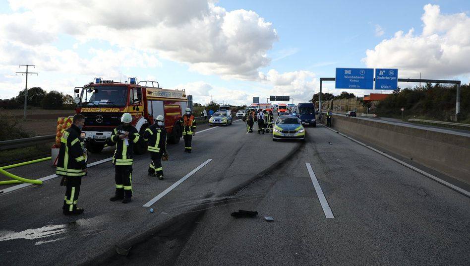Feuerwehr- und Polizeifahrzeuge nach einem Unfall auf der A66