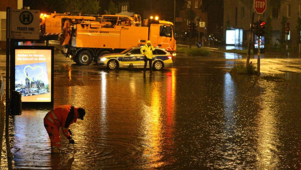 Unwetter westlich des Rheins: Straßen unter Wasser