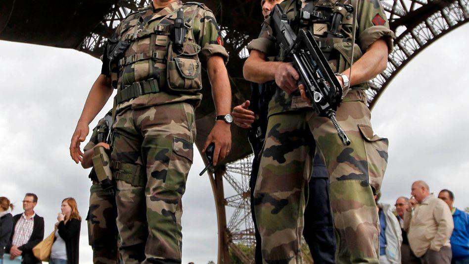 Potentielles Terrorziel: Sicherheitskräfte vor dem Eiffelturm in Paris
