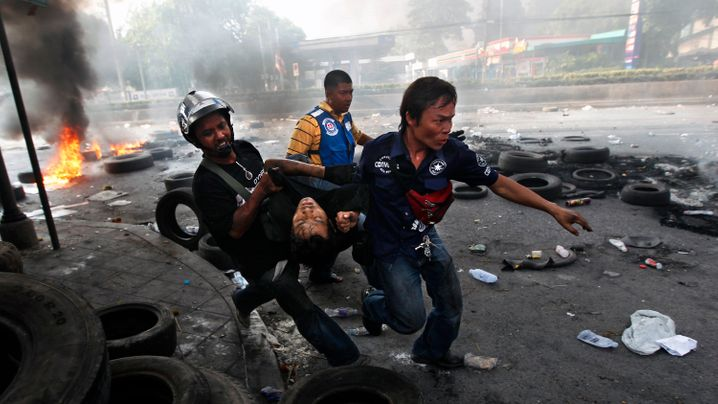 Bangkok: Schüsse, Tränengas, brennende Barrikaden