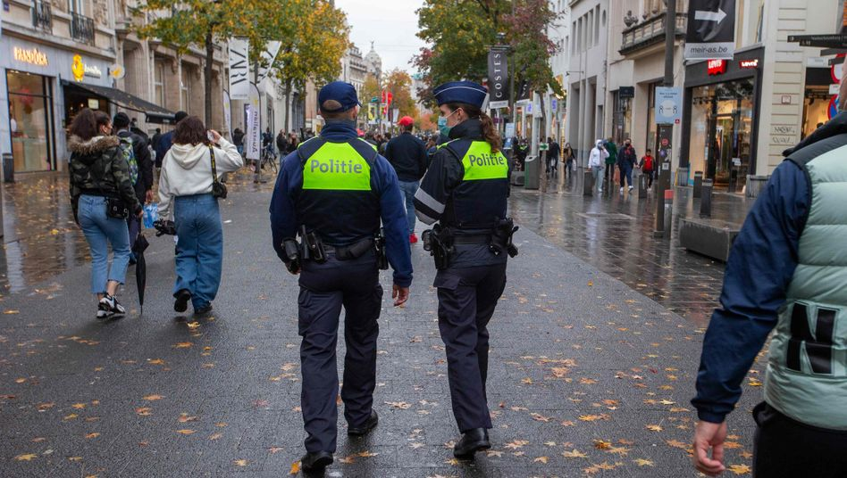 Polizeistreife in einer Einkaufsstraße in Antwerpen