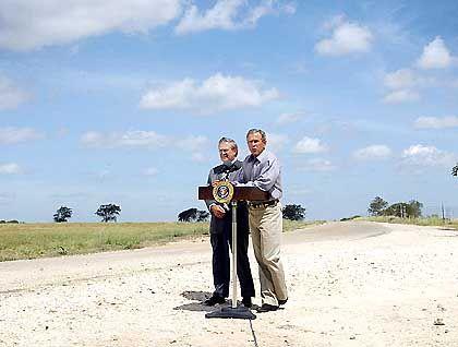 Präsident Bush und Verteidigungsminister Rumsfeld: Den Krieg zum Feind tragen.