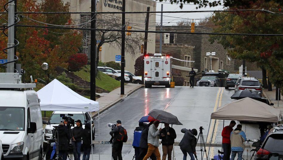 Reporter vor der Tree-of-Life-Synagoge in Pittsburgh