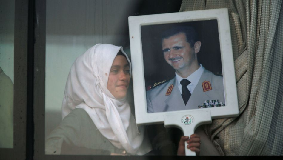Syrerin mit Assad-Portrait