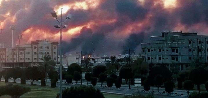 Brennende Ölraffinerie in Abkaik am vergangenen Samstag