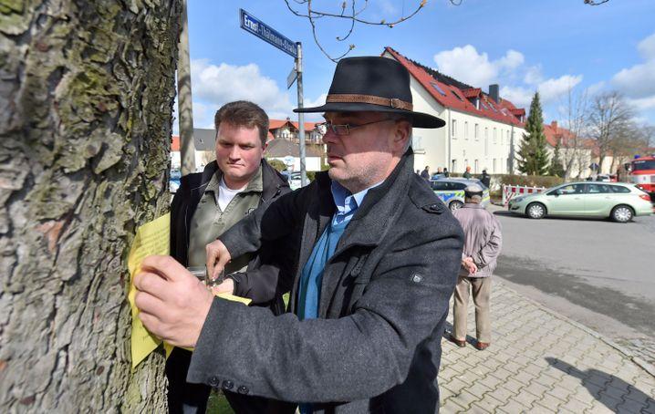 Der zurückgetretene Bürgermeister von Tröglitz, Markus Nierth (r.): Solidarität mit den Flüchtlingen