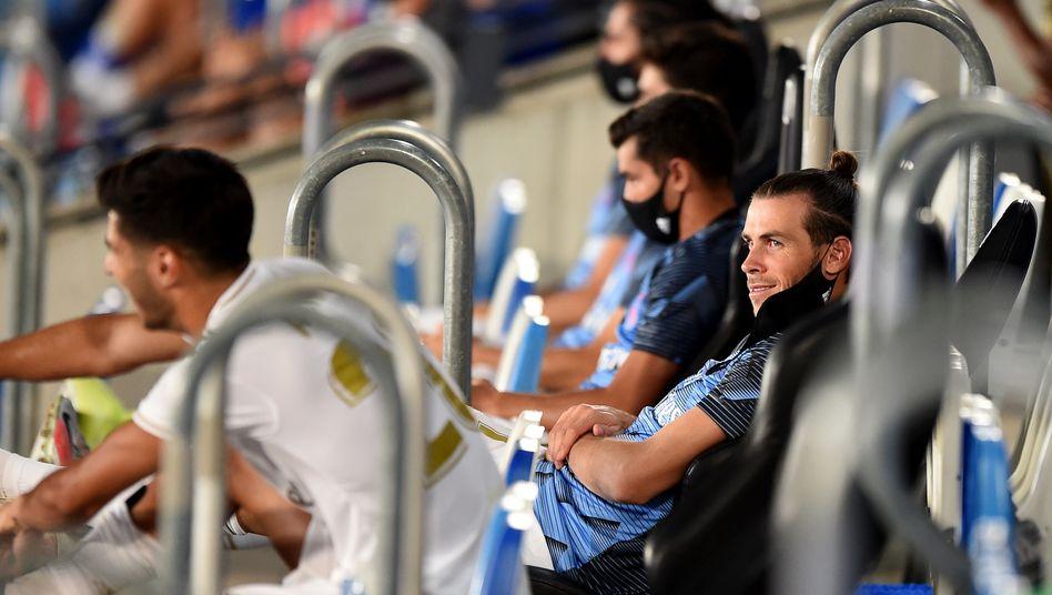 Gareth Bale (rechts) zog beim 2:0-Sieg gegen Deportivo Alavés seinen Mundschutz über die Augen und legte sich gemütlich nach hinten