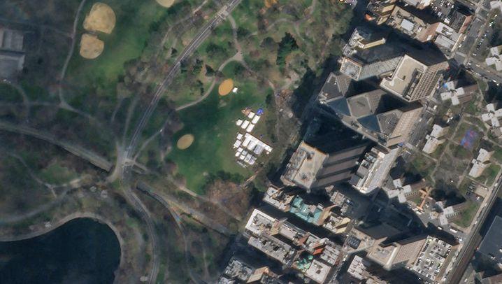Satellitenbild des New Yorker Central Parks, Feldlazarett (2. April 2020/26. März 2020): In nur 48 Stunden hatten die Helfer das Feldlazarett im New Yorker Central Park aufgebaut. Ärzte und Intensivpfleger aus dem ganzen Land arbeiten hier, um Leben zu retten. In den weißen Zelten gibt es 68 Betten für Covid-19-Patienten, davon zehn Intensivbetten mit Beatmungsgeräten. Sie werden dringend gebraucht: In New York gibt es die meisten Corona-Infektionen, knapp 160.000 Infizierte sind offiziell registriert, mehr als 7000 Tote haben die Behörden bisher erfasst - und jeden Tag kommen mehr hinzu. (Stand 10. April)