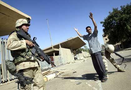 US-Soldaten bei einer Kontrolle in Bagdad: Wachsende Ungeduld mit der Bevölkerung