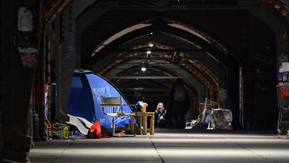 Obdachlose unter der Oberbaumbrücke in Berlin