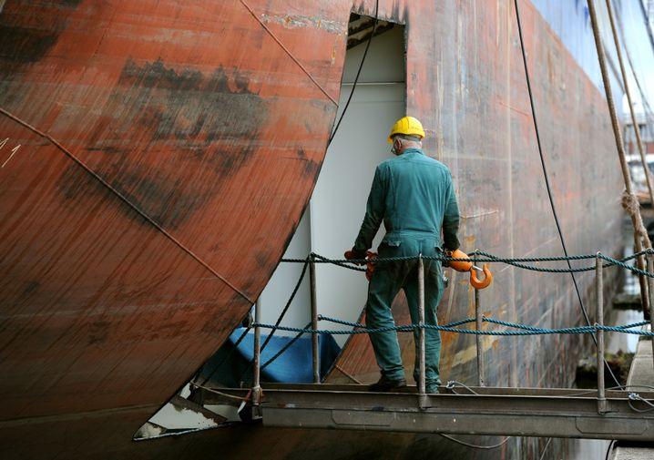 Älterer Arbeitnehmer auf Werft in Bremerhaven