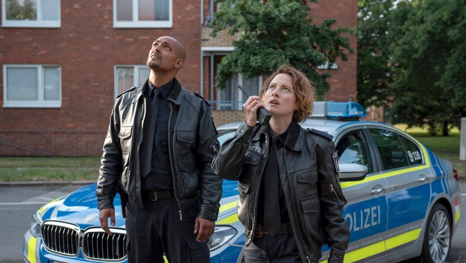 Szene aus dem »Großstadtrevier«: Können Lukas Petersen (Patrick Abozen) und Nina Sieveking (Wanda Perdelwitz) den verzweifelten Mann auf dem Dach beruhigen?