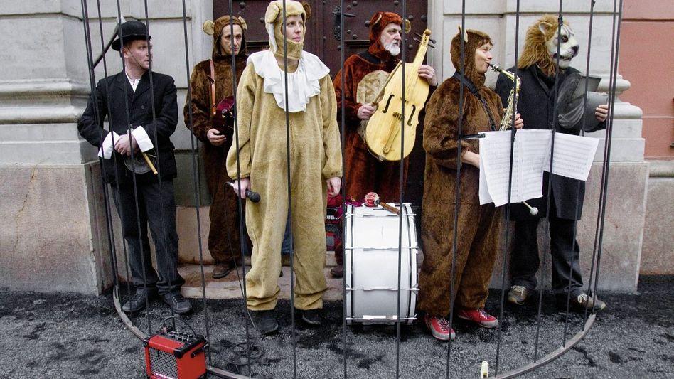 Schauspieler-Protestaktion vor dem Rathaus in Budapest: Warum erklärt der Bürgermeister seine krude Entscheidung nicht?