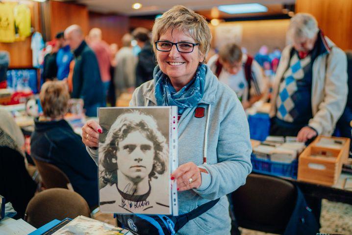 Kathi Hazenoot verkauft seit dem Tod ihres Ehemannes Fußball-Memorabilia