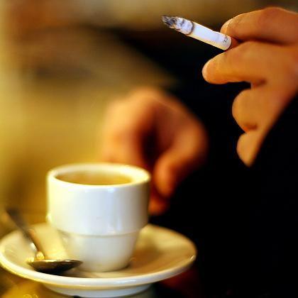 Zigarette zum Espresso: Künftig wird das wohl auch in Niedersachsen eine Seltenheit